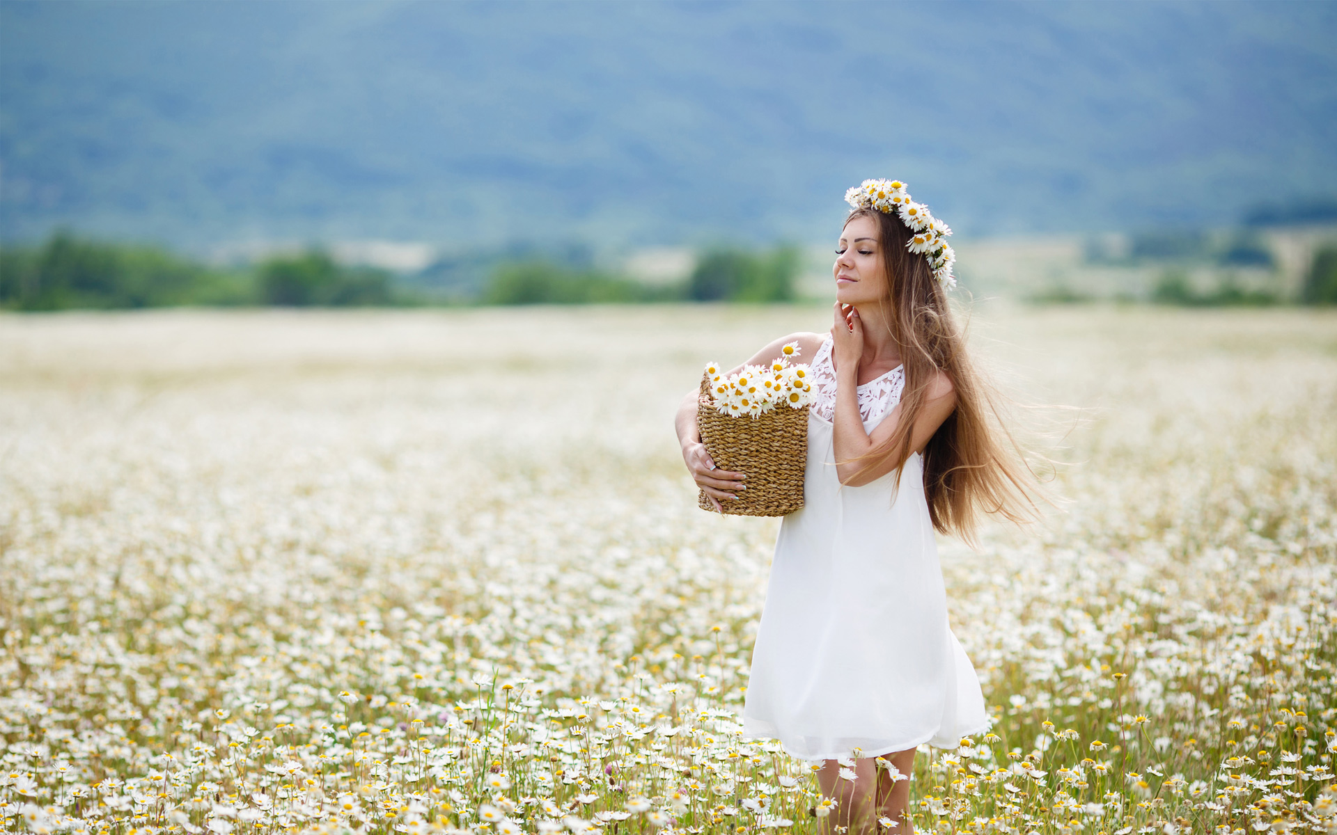 девушка с ромашками в поле