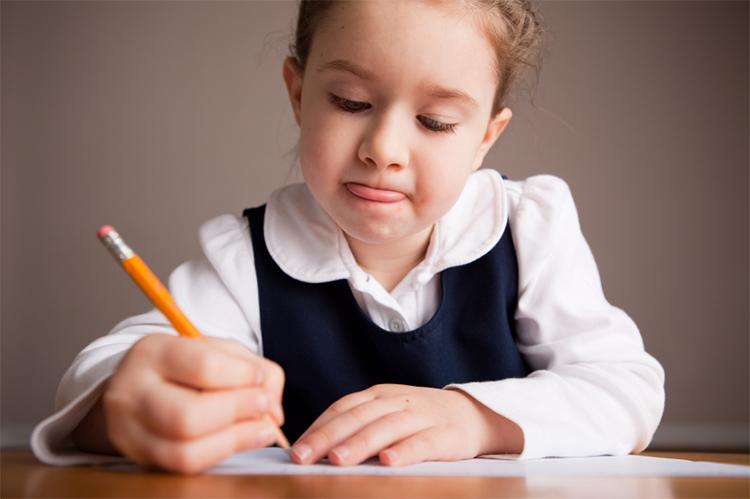 ребенок пишет записку