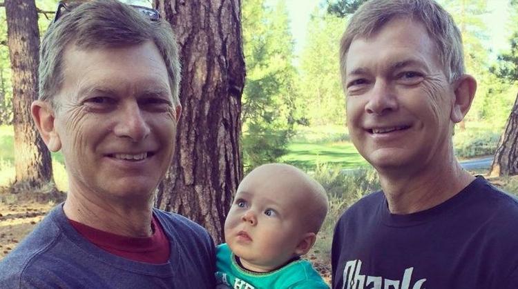 Ребенок впервые увидел брата-близнеца дедушки