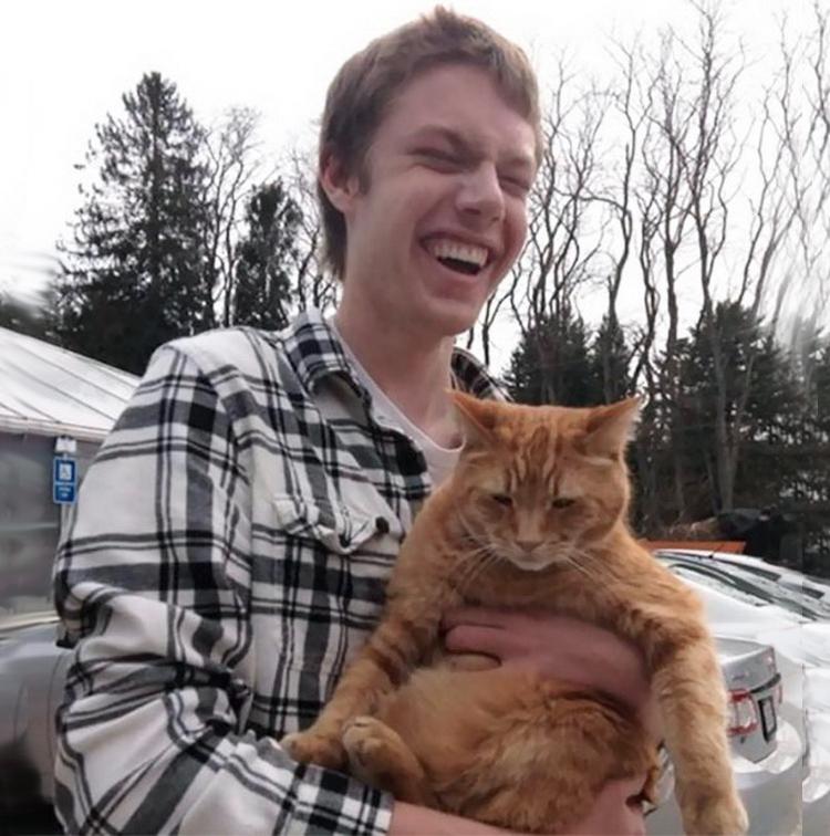 Слепой парень впервые трогает кошку
