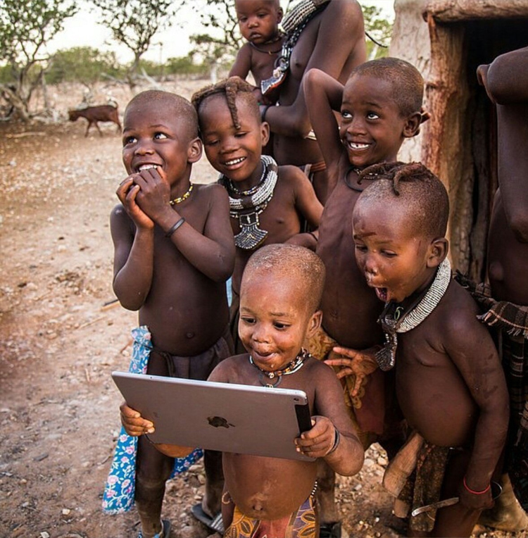 Дети из африканского племени впервые видят планшет