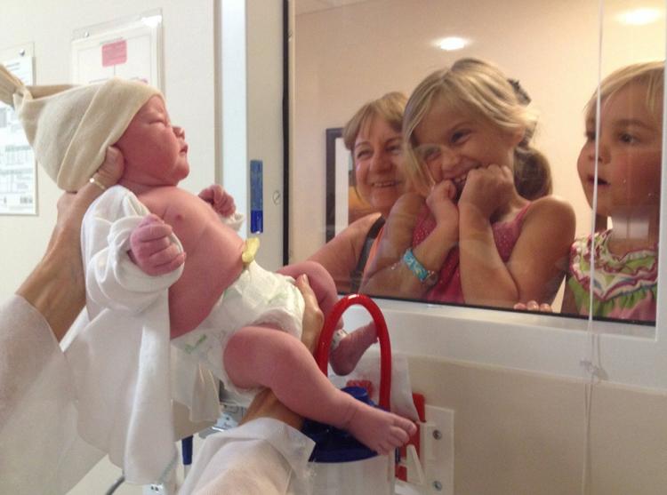 Первая встреча с новорожденным братом