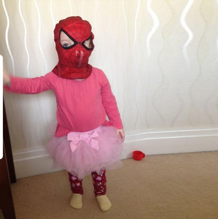 дочка проявила самостоятельность и впервые решила одеться сама