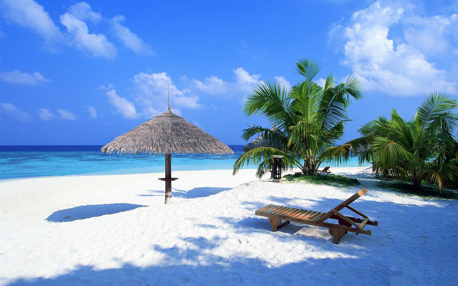 белый песок и лежаки