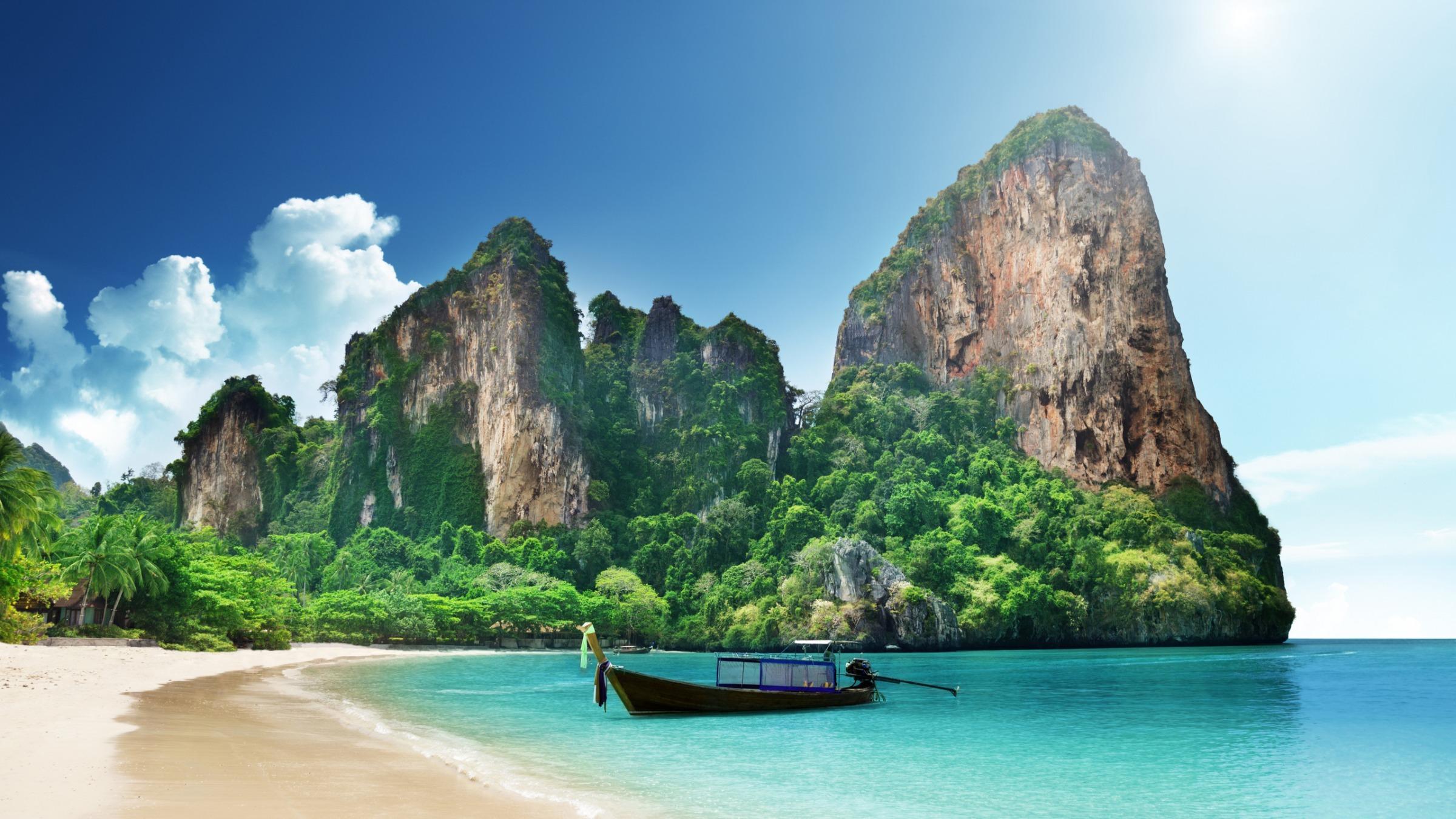 пляж горы и лодка