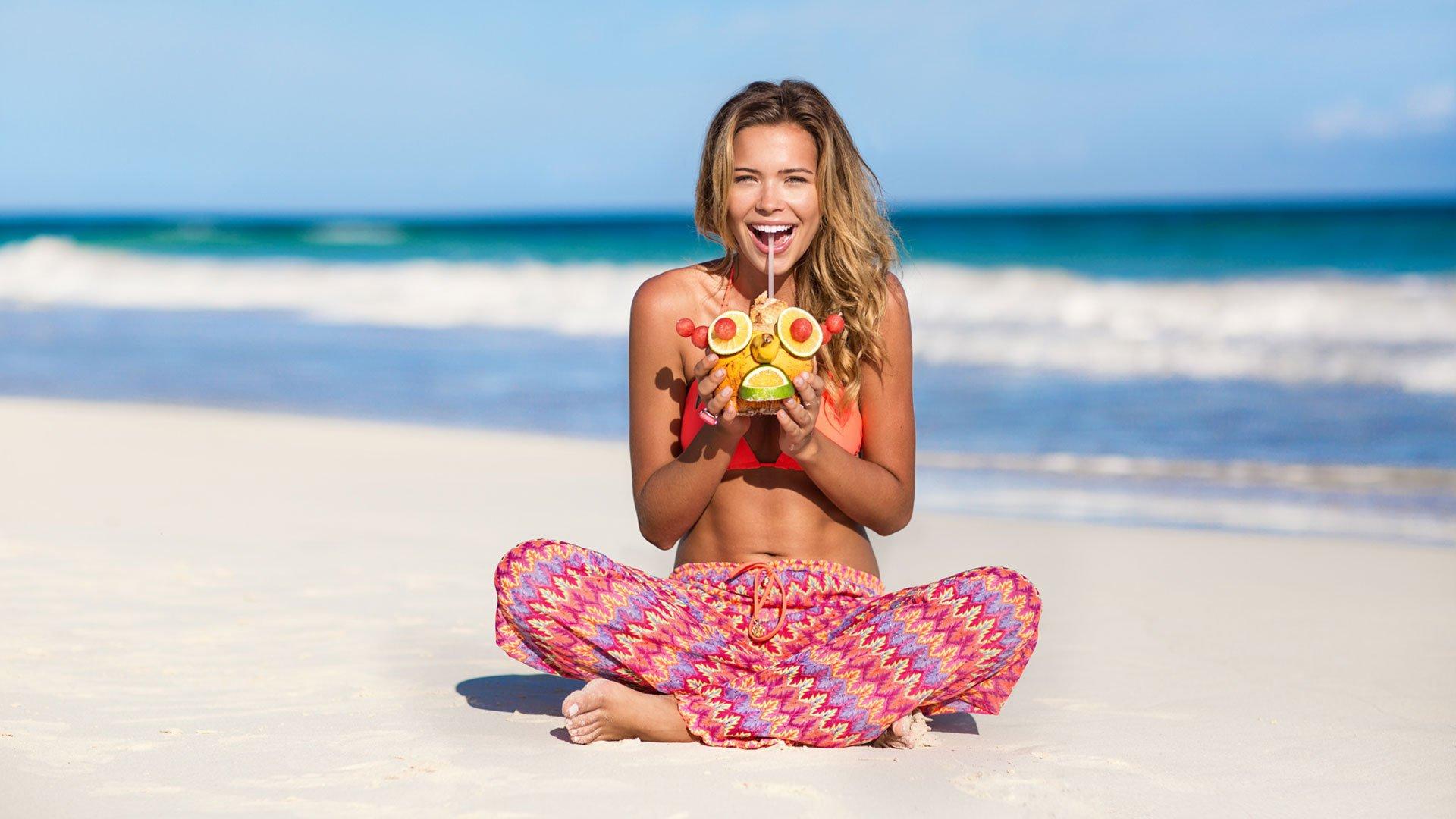 девушка на пляже песок коктейль