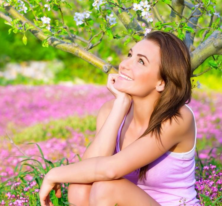 счастливая девушка под деревом
