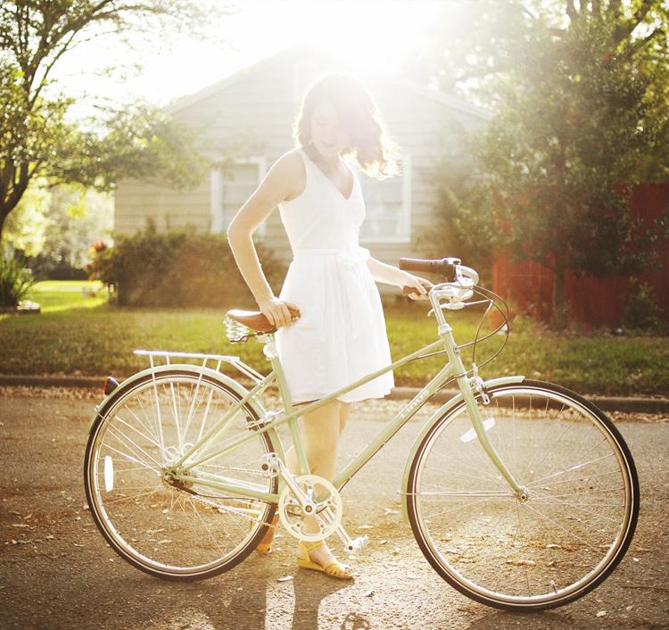 девушка с велосипедом и солнечный свет