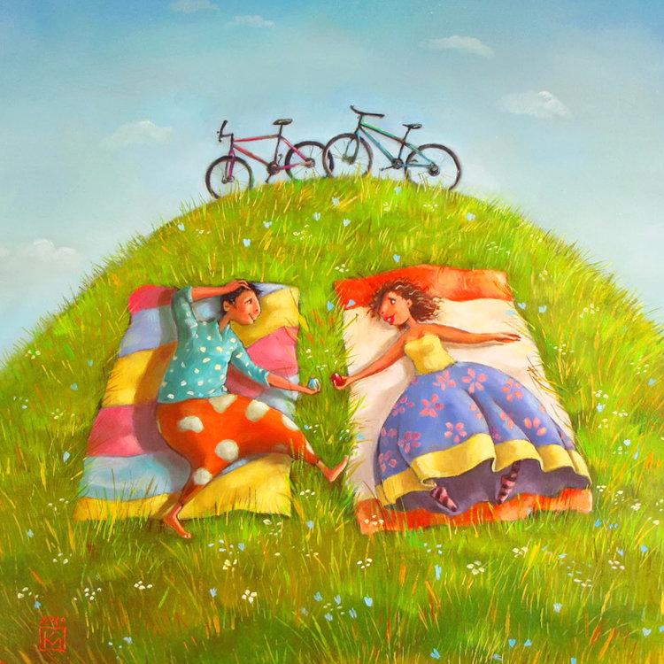 счастливая пара лежит на траве