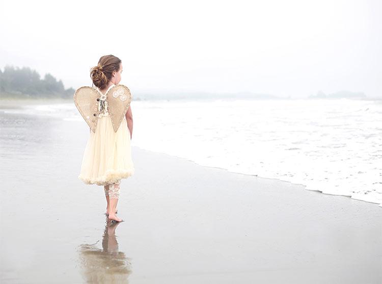 девочка с крыльями ангелочка