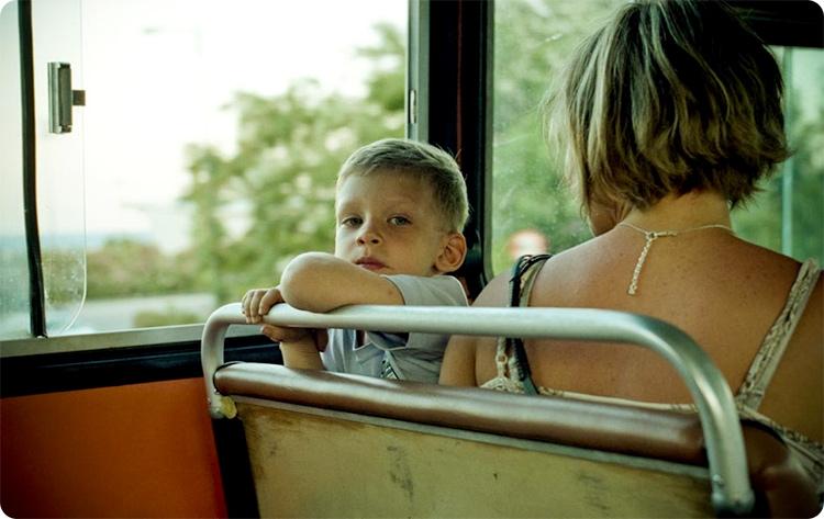 мальчик с мамой в автобусе