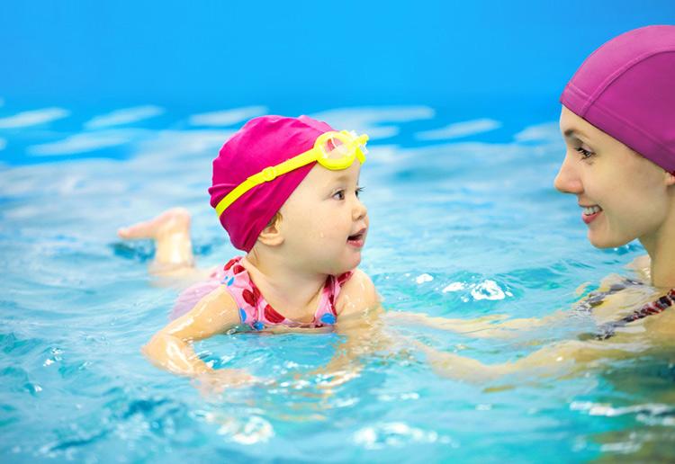 в бассейне мама с дочкой