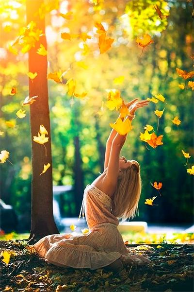 девушка подкидывает листья
