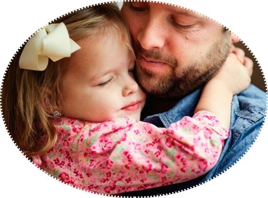 папа обнимает дочку