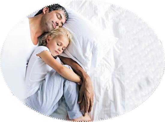 папа с дочкой в обнимку спят