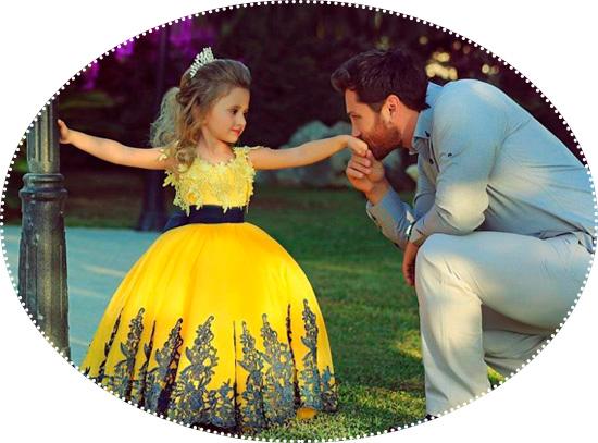 галантный папа целует руку дочери принцессе