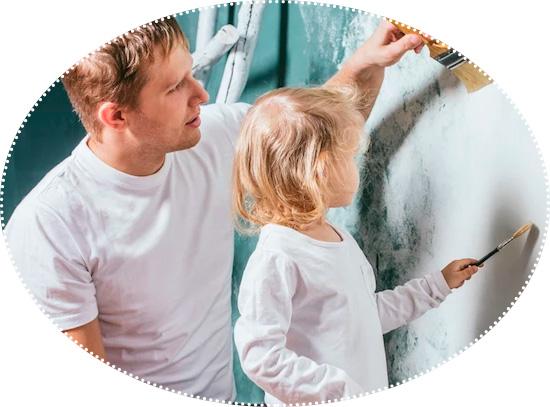 дочка с с папой красят стену