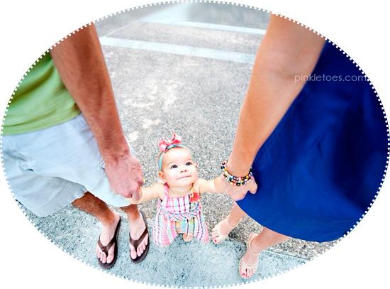дочка держит за руку маму и папу