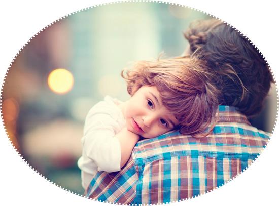 ребенок на плече у папы