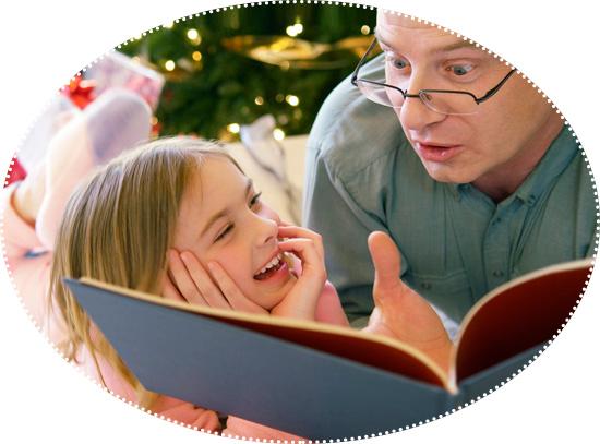 читает сказку ребенку