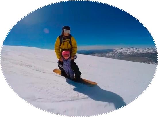 папа с ребенком на сноуборде
