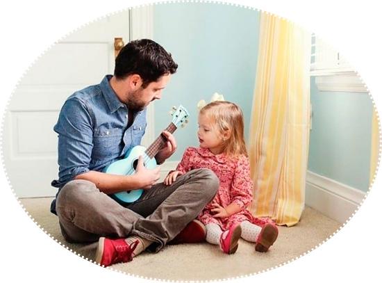 папа играет на гитаре для дочки