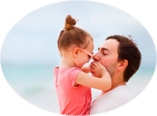 девочка закрывает рот папе
