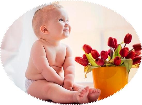 девочка малышка и тюльпаны