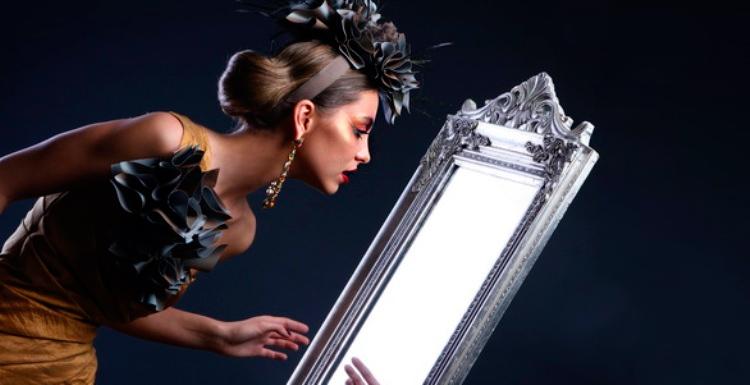 девушка глядит в зеркало