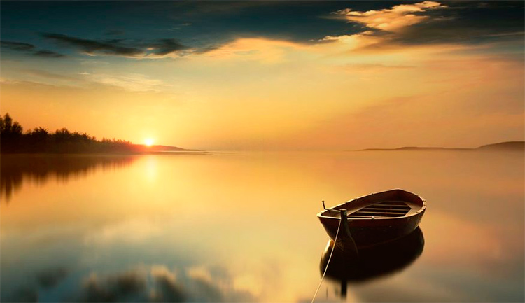 пуста лодка на воде