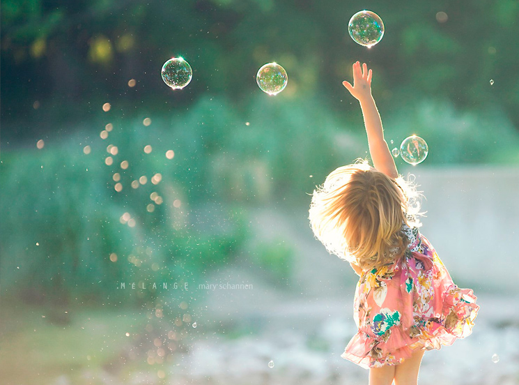 маленькая девочка и мыльные пузыри