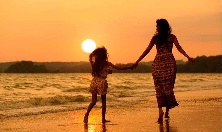 мама и дочка идут за руку