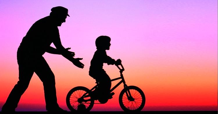 едет на велосипеде ребенок