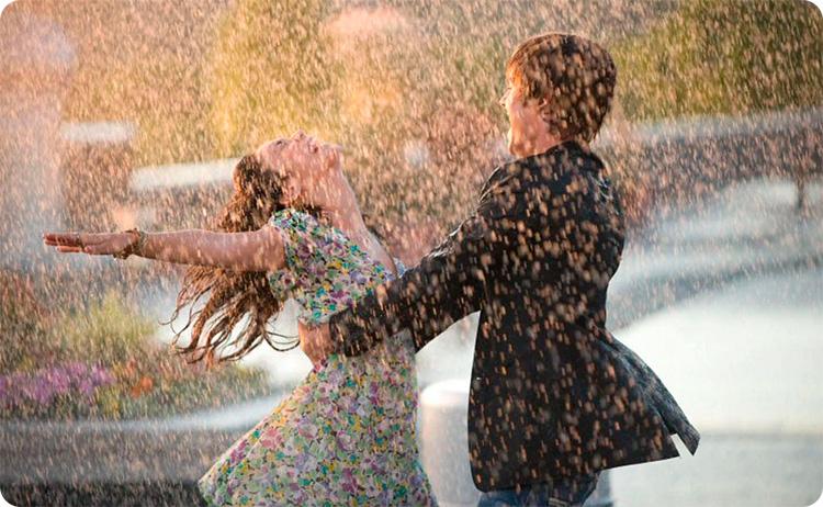 пара под дождем счастливая