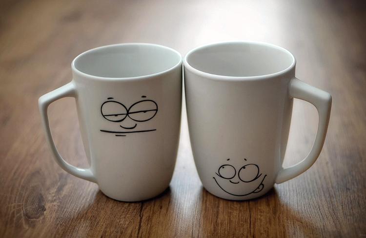 две кружки улыбается и хмурится