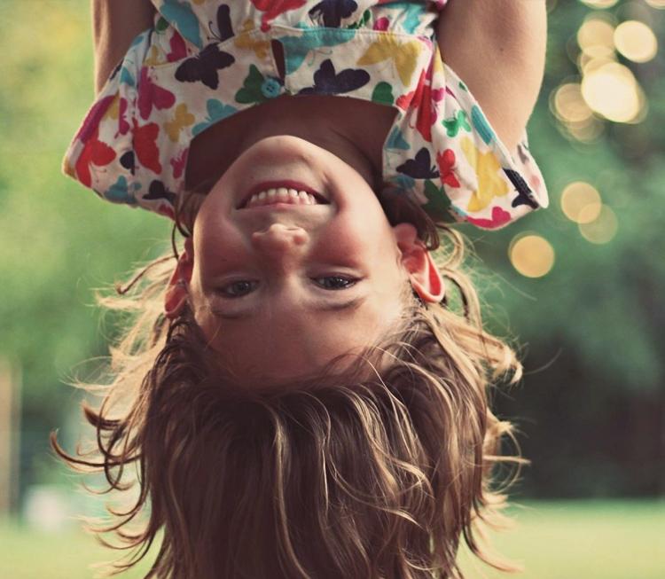 девочка вверх ногами