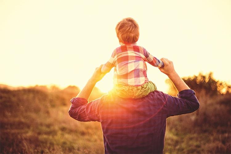 сын на плечах у сына