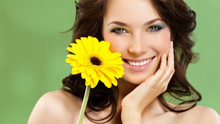 женщина и желтый цветок