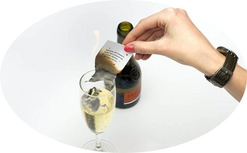 бумага с желанием горит и пепел падает в шампанское