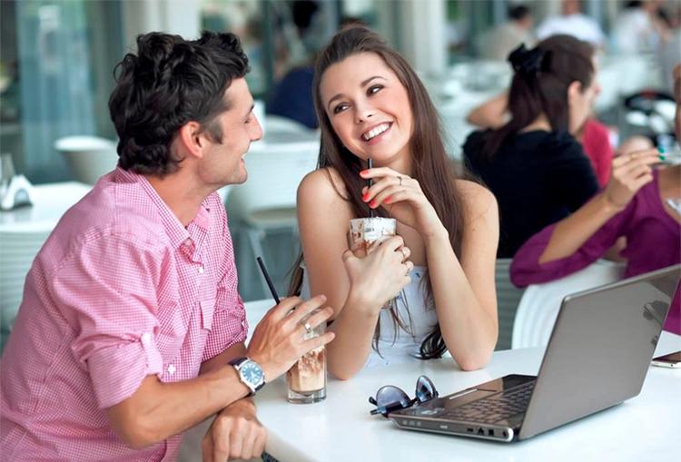 молодая пара на свидании за столиком
