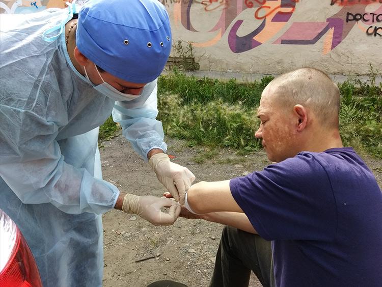 волонтер из Челябинска лечит бездомных