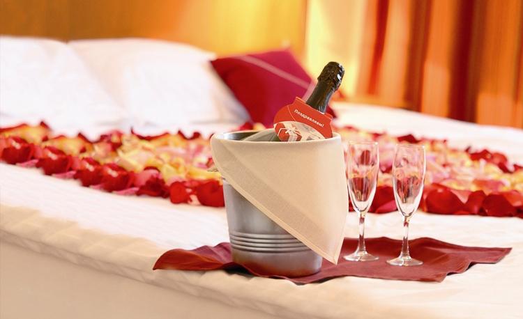 кровать в отеле романтик