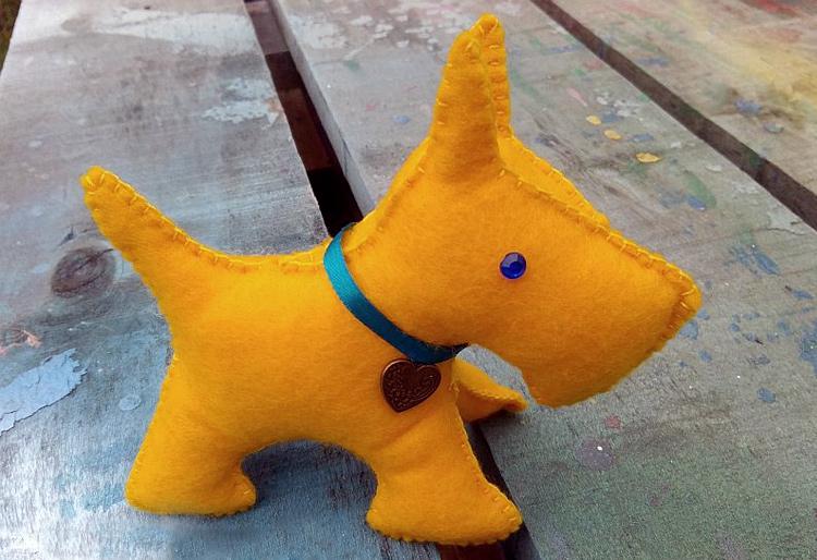 желтая собака из фетра