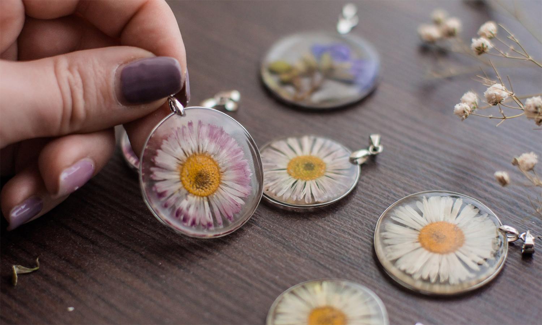 украшение из смолы и сухих цветов