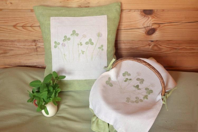 травка, рисунок и следы травы на подушках