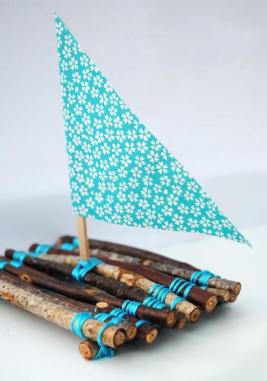 плот парусник из деревянных палочек