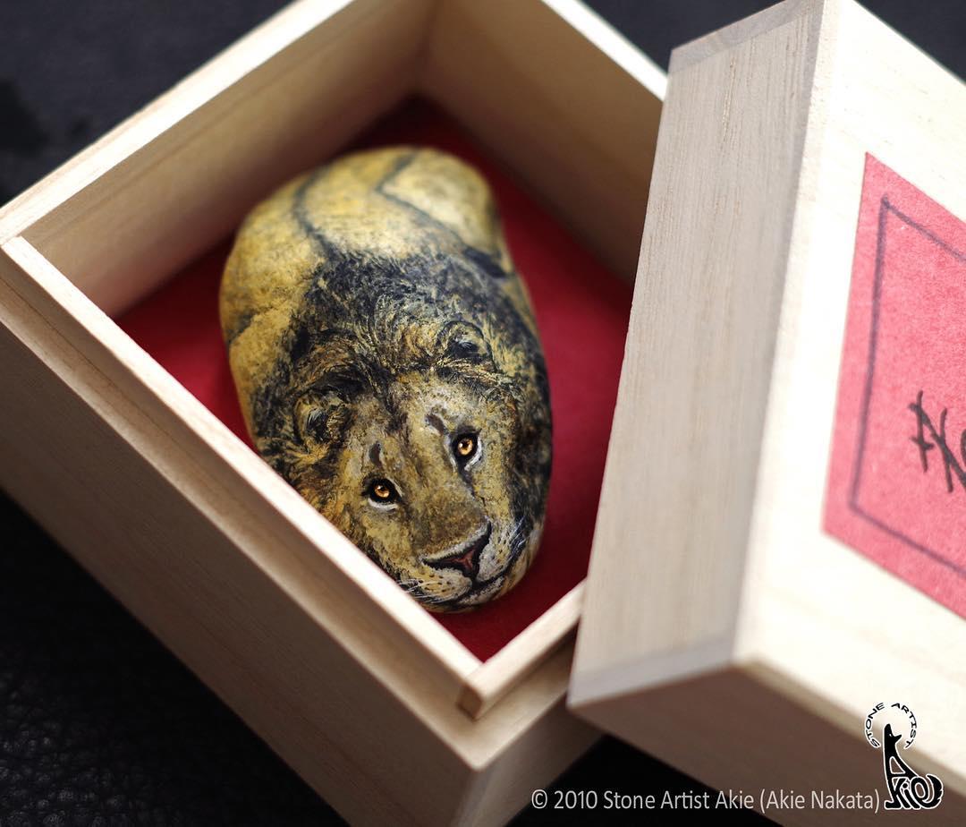 лев рисунок на камне