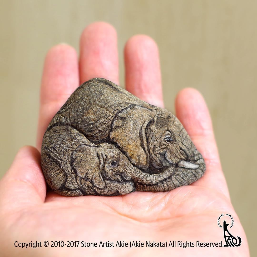 слоны рисунок на камне