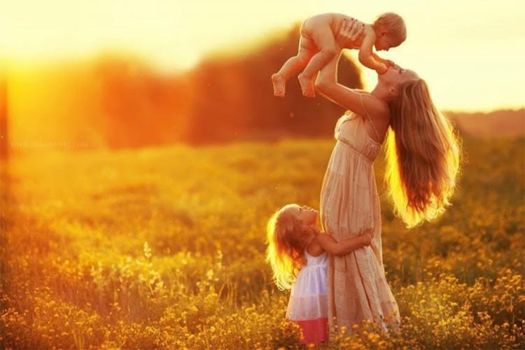 женщина мать с двумя детьми счастье
