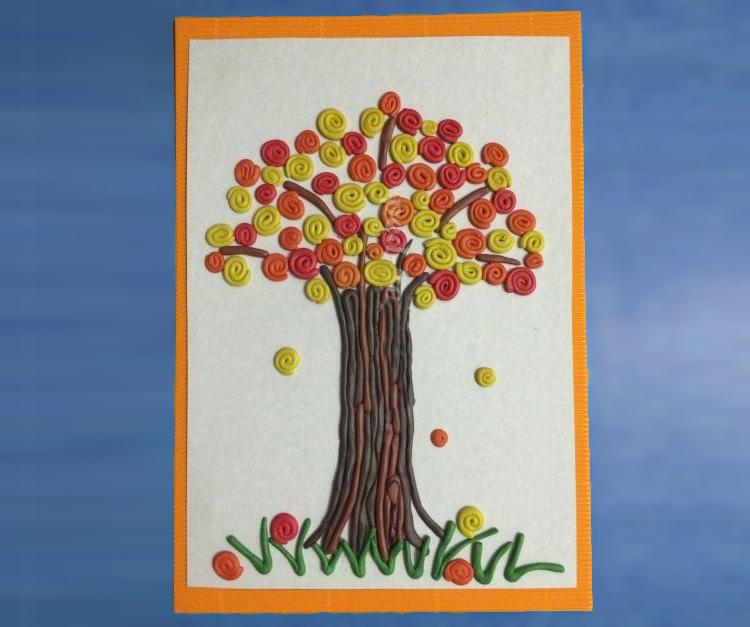 дерево из пластилина на листе картона